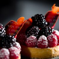 Masa azucarada   Crema de almendra   Frutos rojos frescos   $4,75