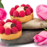 •Masa azucarada •Ruibarbo •Masa para clafoutis •Cremoso perfumado con pétalos de rosa •Glaseado de rosa •Frambuesas frescas. Recomendación del Chef Cyril, consumir frío. $4,85